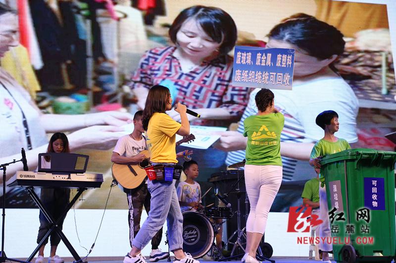 梅溪湖街道乐队表演《给我一个桶》。_副本.jpg