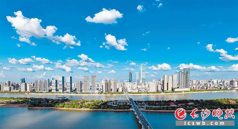 ↑极高的能见度里高空俯瞰城市,蓝色画布上挥洒着油画笔触,蓝天白云与城市建筑互相映衬,格外赏心悦目。  长沙晚报全媒体记者 余劭劼 摄