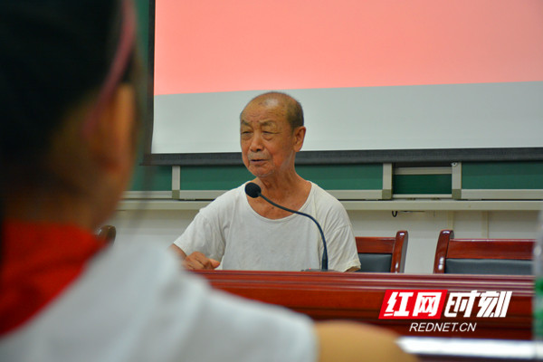 89岁的抗美援朝老战士蒋志松给孩子们讲述战场上的故事_副本.jpg