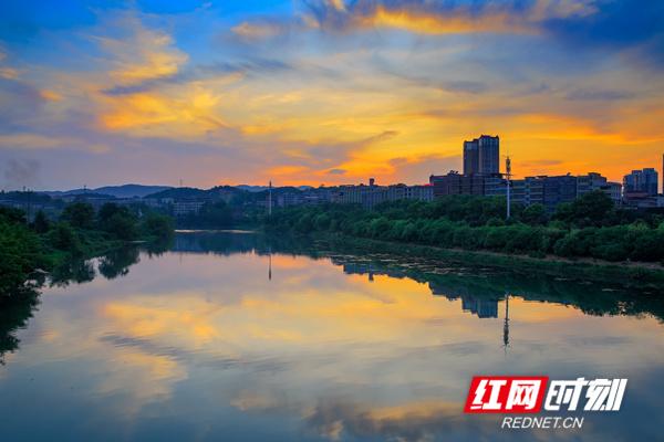 8月4日傍晚,永州市东安县天空澄澈如镜,云海翻腾,晚霞绚烂,水天辉映,十分壮美。(唐明登)
