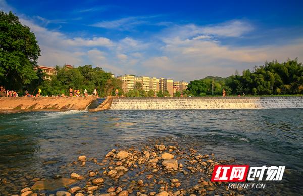 东安县紫水河清澈的水质,澄澈的天空,成为夏日消暑理想地。近年来,东安县坚持生态立县理念,怡人的风景已成为其发展的靓丽底色。(唐明登)
