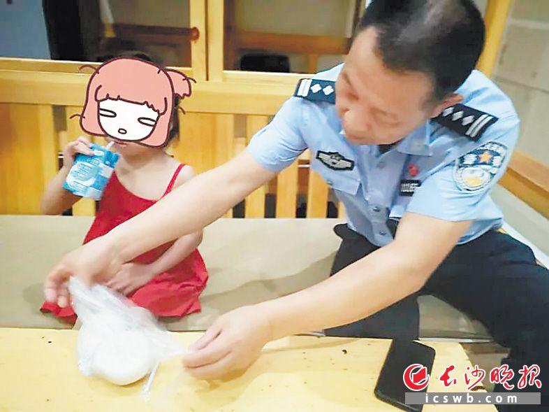 坡子街派出所民警悉心照顾4岁女孩。                  警方供图