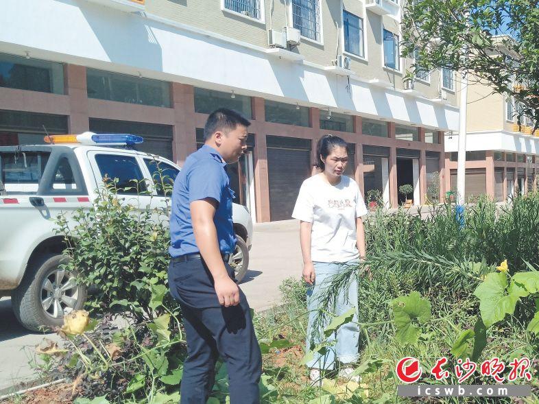 图为李迎(女)与宁乡市城管局菁华铺中队城管队员一起整治市容市貌。   受访者供图