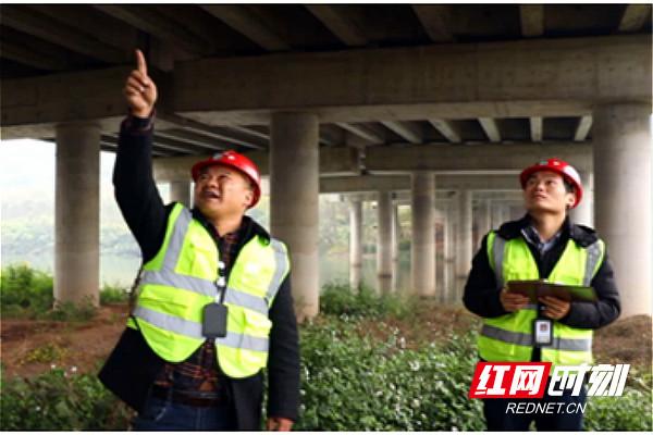 李正根和同事在检查桥梁_meitu_1.jpg
