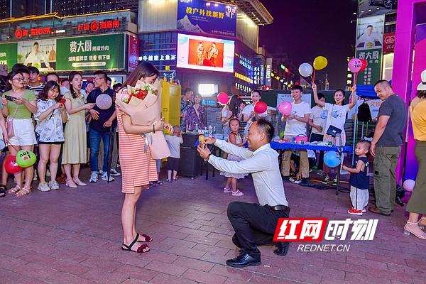 七夕全城热恋 黄兴广场LED大屏为爱助力