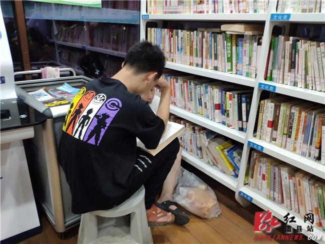 """""""充电""""纳凉两不误 道县自助图书馆引领读书热潮"""