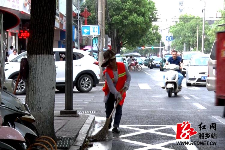 ?【高温下的奋斗者】 环卫工人用一身汗水换来城市洁净