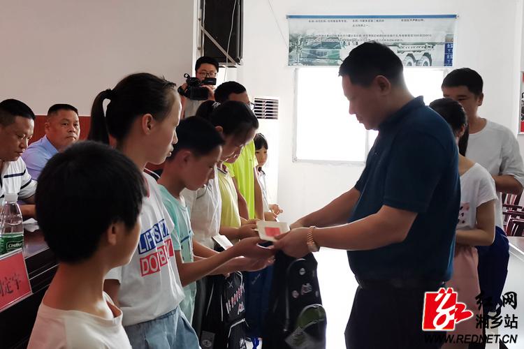 工商联梅桥商会帮扶助学 22名贫困学生获资助