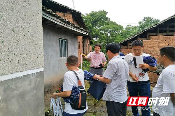 文俊正在对张吉怀铁路涉及拆迁的房屋进行调查丈量(图中左二粉衣服)_meitu_2.jpg