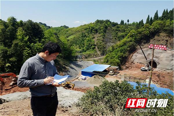 文俊在渝怀复线新桓垭坝隧道附近进行勘测_meitu_1.jpg