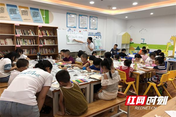 孩子们在志愿者老师的带领下绘画自己心中的蓝天.jpg