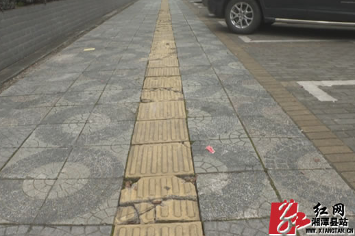 曝光台:县城多路段人行道地砖依旧破损严重