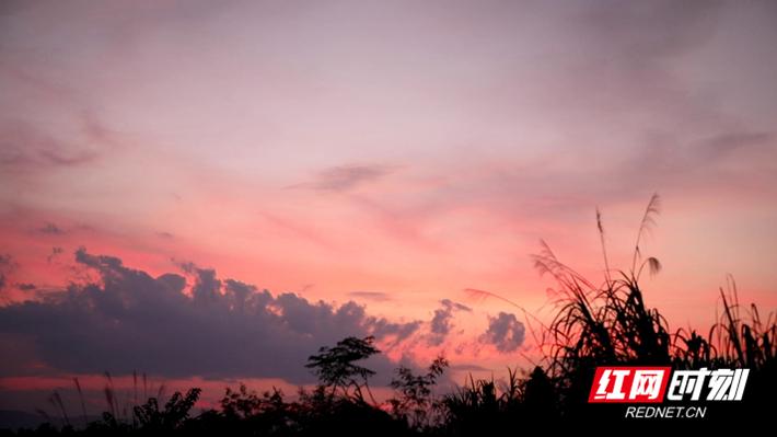 而墨绿的云彩,以各种形态镶嵌在天空中,与地面的山峰、田园共同构成了一幅精美绝伦的画卷。