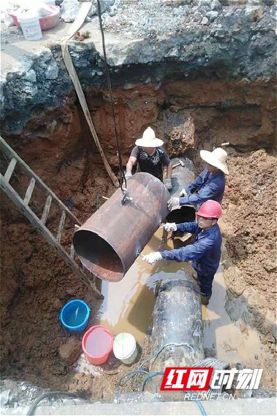 郭建平在进行800mm淡水管修复(红帽子)_meitu_2.jpg