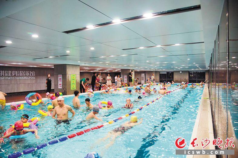 孩子们在父母陪同下进行游泳培训。均为长沙晚报全媒体记者 周丛笑 实习生 皮景婷 摄影报道