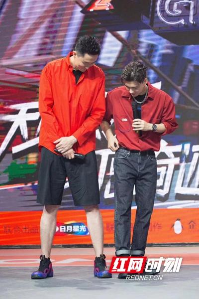 李易峰和杜锋比腿长.jpeg