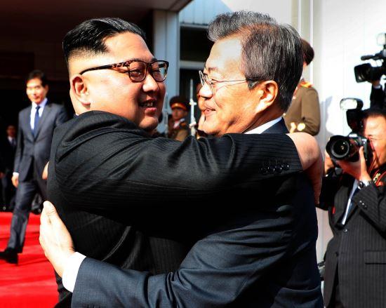 資料圖:朝韓領導人在板門店相擁(紐西斯通訊社)