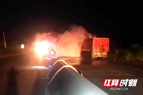 常德:大货车燃料罐发生泄露 多部门联合处置