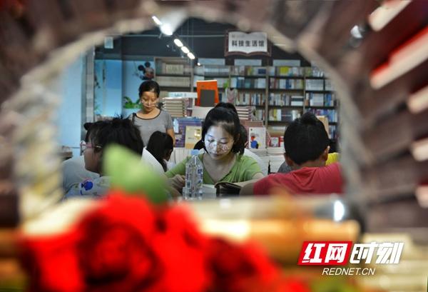 """组图丨邵阳:图书馆化身为暑期""""全民阅读""""网红馆"""