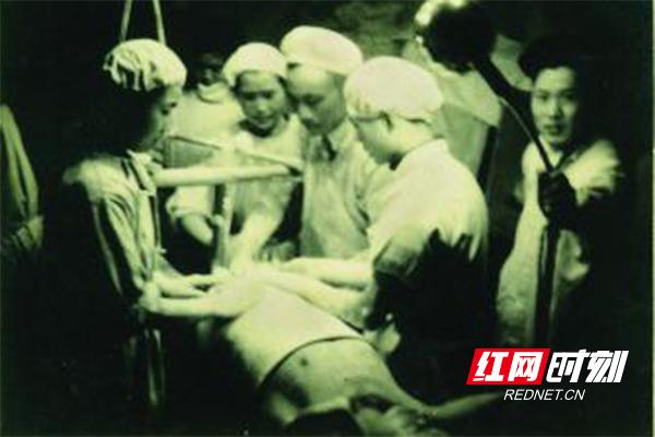 抗美援朝医疗队的湖南省人民医院医生在为伤员做手术。(图片来源:湖南省卫生健康委宣传处)