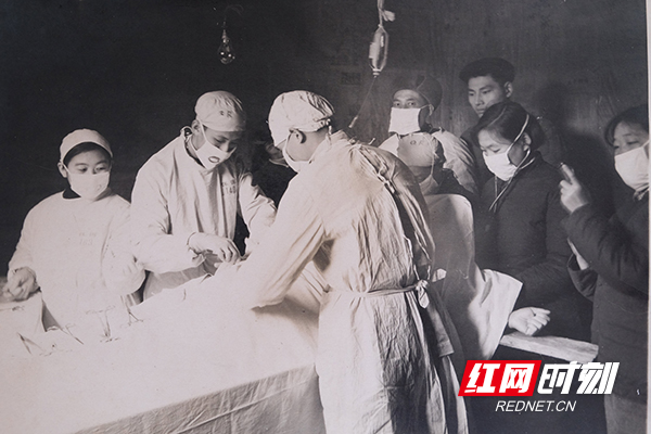 新中国成立初期,怀化县人民政府卫生院医务人员开展手术。(图片来源:湖南省卫生健康委宣传处)