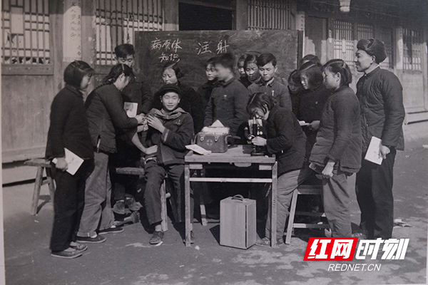 上世纪50年代,在怀化,医务人员开展培训留影。(图片来源:湖南省卫生健康委宣传处)