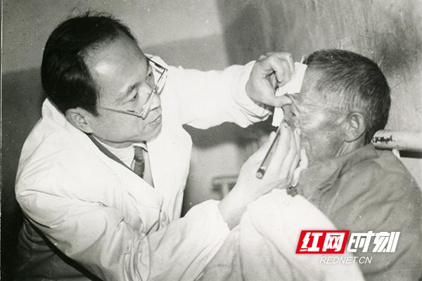 上世纪70年代,湖南省人民医院眼科专家下乡为农民看病。(图片来源:湖南省卫生健康委宣传处)