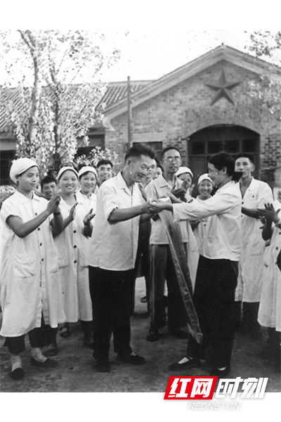 上世纪70年代,在张家界,群众为医生送锦旗。(图片来源:湖南省卫生健康委宣传处)