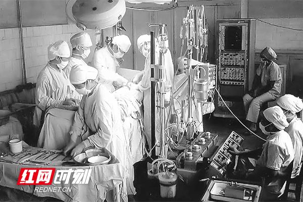 1975 年,湘雅二医院胸外科手术现场,这是国内首例将深低温体外循环部分停循环心内直视手术应用于治疗复杂先心病。(图片来源:湖南省卫生健康委宣传处)
