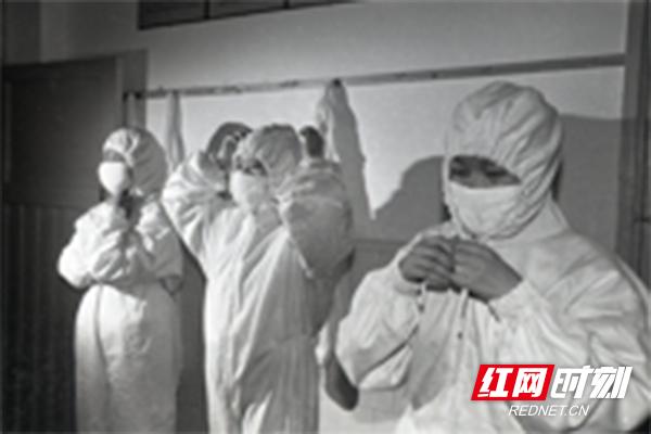 2003年,在张家界,非典前线的医务人员留影。(图片来源:湖南省卫生健康委宣传处)