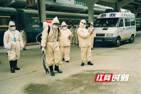 在湘西,医务人员抗击非典留影。(图片来源:湖南省卫生健康委宣传处)