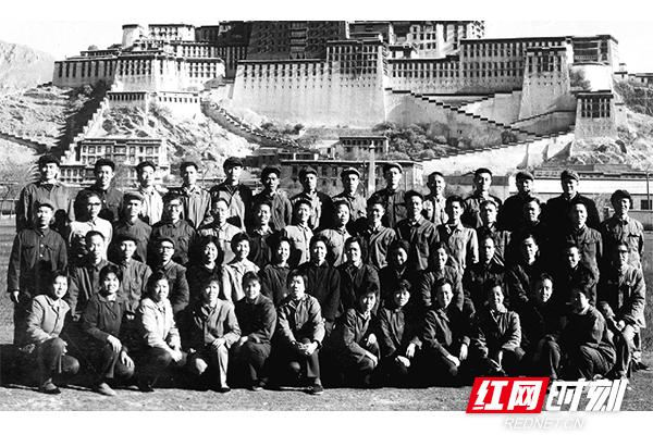 1973年,湖南首批援藏医疗队在西藏拉萨留影。(图片来源:湖南省卫生健康委宣传处)