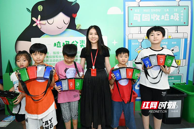经过一番激烈的比拼,最终,魅力队的小朋友们获得了比赛的胜利,孩子们开心地领取到了属于自己的小礼物。