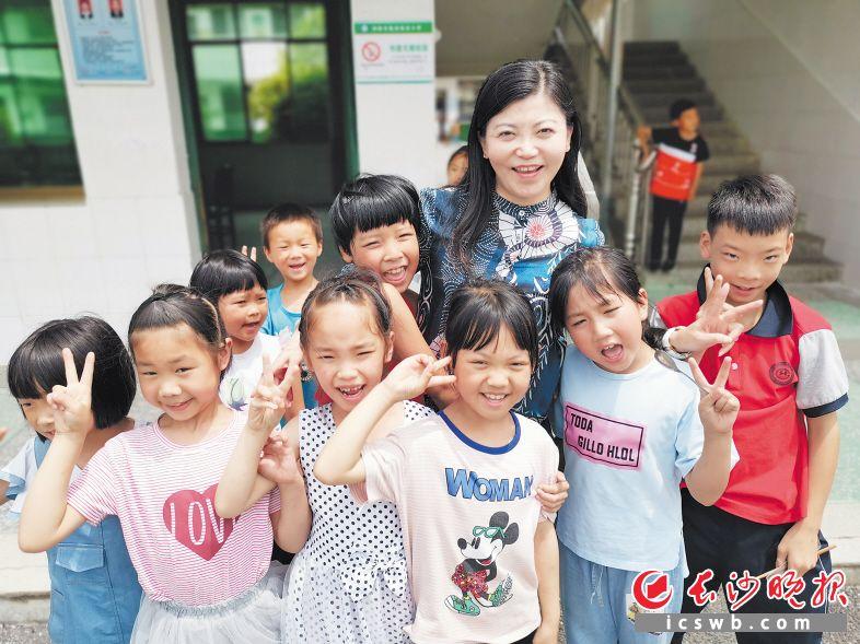熊伟红带领团队到浏阳凰岗完小开展送教活动,课后孩子们舍不得离开。受访者 供图