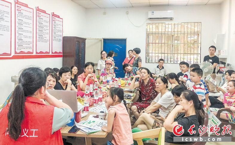 """桂庄社区举行的环保活动现场,""""环保奶奶""""和""""环保小卫士""""都学得很认真。   长沙晚报全媒体记者 陈飞 通讯员 彭彦伟 摄影报道"""
