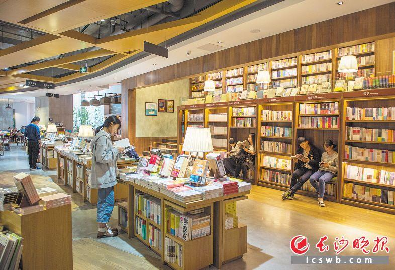 自助图书馆在服务市民方面更为便捷,也做到了24小时开放。长沙晚报全媒体记者邹麟 摄