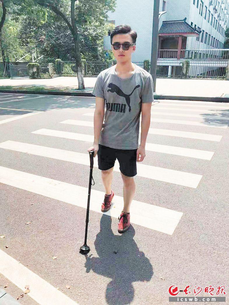 團隊成員陳湘正在模擬盲人進行產品自測。         受訪者供圖