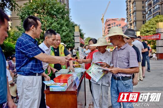 志愿者向小区居民发放消防安全资料.jpg