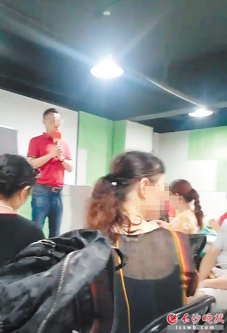 """在""""幸福来灵芝馆"""",一名年轻男子给老人们""""讲课"""",并推销保健食品,还有工作人员阻止老人拍照录像。 均为受访者供图"""