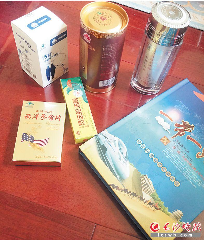 """在""""幸福来灵芝馆"""",老人们被诱导购买的保健食品及获赠的物品。"""