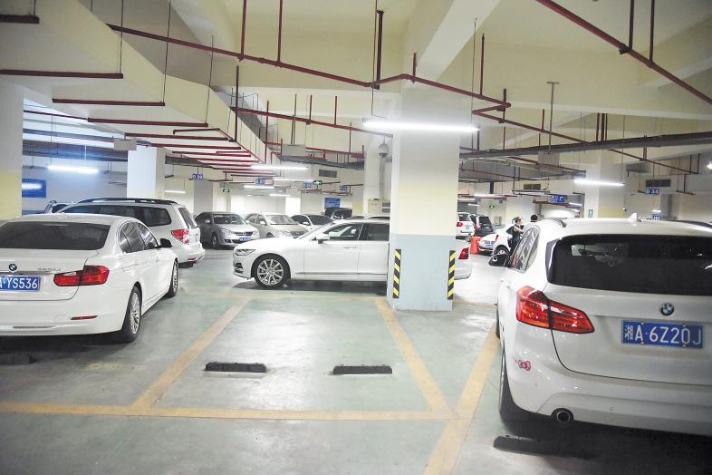 省肿瘤医院停车场负二楼有空余车位,但被乱停的车辆堵住,其他车辆无法进入。长沙晚报全媒体记者 刘琦 摄
