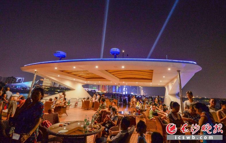乘船夜游湘江、浏阳河成为不少游客了解长沙的新选择。 长沙晚报全媒体记者 邹麟 摄
