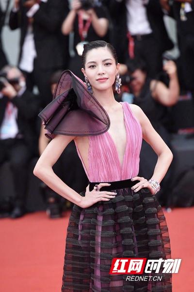 钟楚曦亮相威尼斯电影节 开幕红毯展现优雅魅力