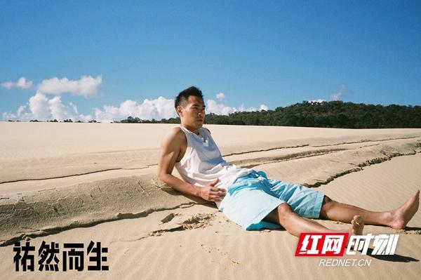 """红网时刻8月30日讯(记者 胡弋)8月30日,杨祐宁曝光一组名为""""祐然而生""""的生日大片,在自然之境简约穿着,回归生命最原始的状态。"""