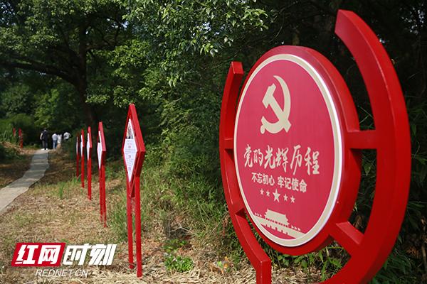 """图三:在灵官镇官桥村的党建主题公园,党员群众都可以随时走走""""初心之路""""。.JPG"""