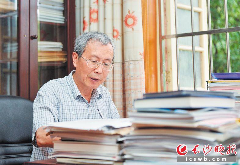 ▲中国工程院院士桂卫华教授正在中南大学民主楼办公室里办公。  长沙晚报全媒体记者 邹麟 摄