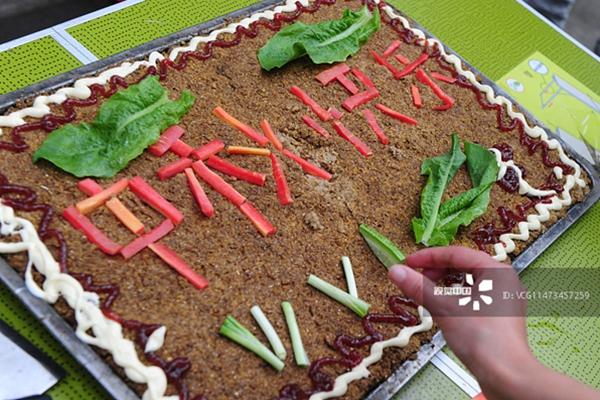 """2015年9月26日,成都动物园,工作人员用萝卜、面粉、玉米等动物们平时爱吃的食物制作成特别的""""中秋月饼""""。(.jpg"""