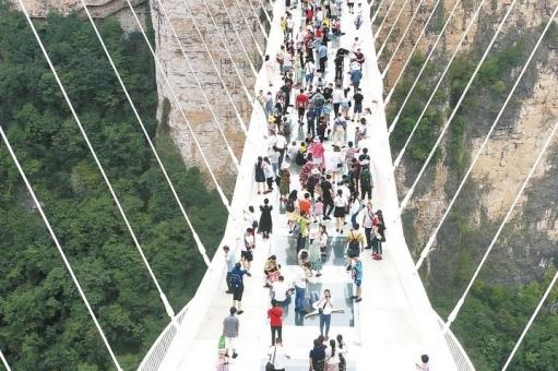 Zhangjiajie Glass Bridge Becomes Hot During Mid-Autumn Festival Holiday