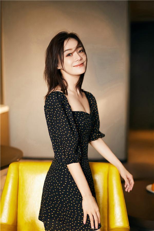 近日,一组袁姗姗的初秋大片曝光。