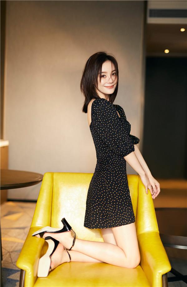 袁姗姗身着黑色波点方领连衣裙,身姿曼妙眼神灵动。